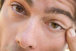 Что надо делать, если дергается глаз?
