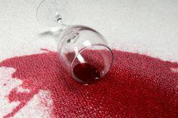 Как вывести пятна от красного вина? Способы удаления винных пятен