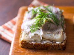 Бутерброды с селедкой: рецепты с фото